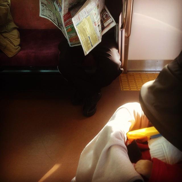 [PH] 仲間内でのクリスマスパーティへ。娘を連れて。電車の中で寝てくれた。