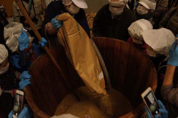 大豆と塩を入れる